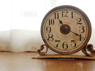 近くに時計のアップの写真・画像素材[734365]