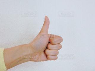 一枚の紙を持っている手の写真・画像素材[734367]