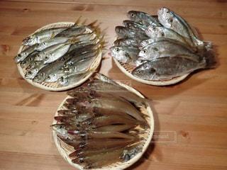 木製テーブルの上のパンの部分の写真・画像素材[735808]