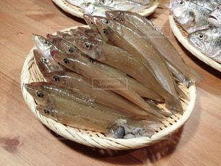 木製のテーブルの上に食べ物のボウル - No.735809