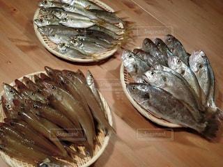 木製のテーブルの上に食べ物のプレートの写真・画像素材[735810]