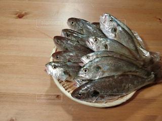 近くに木製のテーブルの上の魚の写真・画像素材[735822]