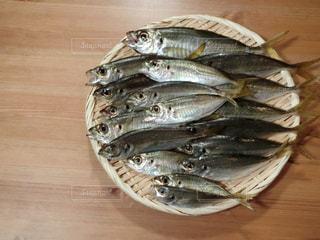 近くに木製のテーブルの上の魚のアップの写真・画像素材[735824]