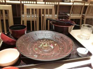 テーブルにあるスープのボウルの写真・画像素材[736588]