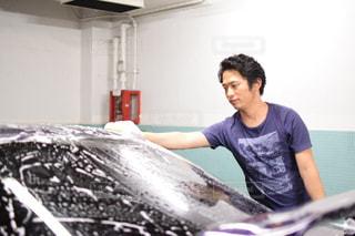 洗車している男の写真・画像素材[736780]