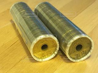 木製の表面のプラスチック水ボトルの写真・画像素材[738301]