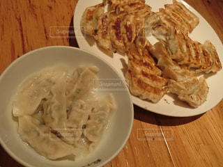 テーブルの上に食べ物のプレートの写真・画像素材[739107]