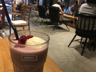 テーブルの上のコーヒー カップの写真・画像素材[739801]
