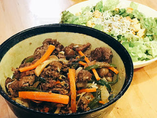肉や野菜がいっぱい入ったボールの写真・画像素材[739819]