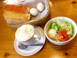 木製のテーブルの上に食べ物のプレートの写真・画像素材[742417]