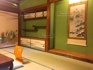 大きな鏡付きのベッドルームの写真・画像素材[743507]