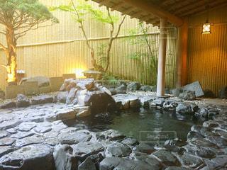 近くに水の横にある岩のアップ - No.745586