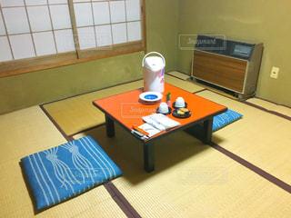 部屋のテーブルに座っている人の写真・画像素材[750375]