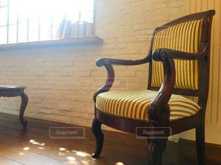椅子に座っている木製のベンチの写真・画像素材[750431]