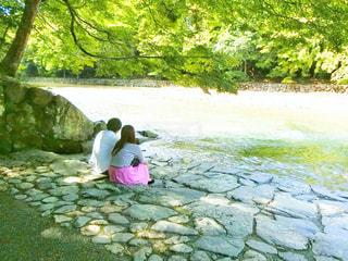 川の横に立っている女の子 - No.750477