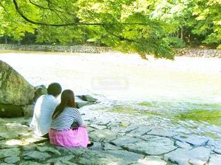 川がすぐ横に座っている女性 - No.750500