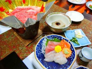 テーブルな皿の上に食べ物のプレートをトッピング - No.750518