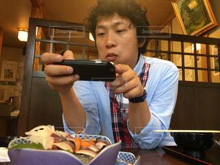 携帯電話を持っている人の写真・画像素材[751070]