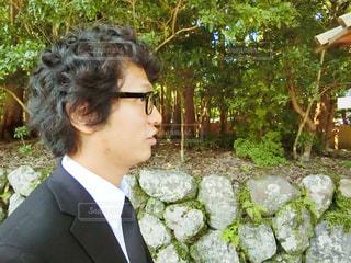 スーツとネクタイ、庭に立って身に着けている男の写真・画像素材[753160]