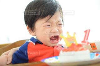バースデー ケーキでテーブルに座って男の子の写真・画像素材[755267]