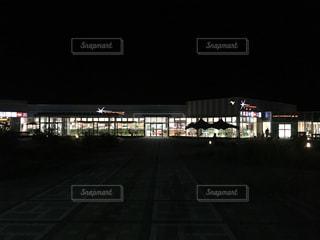 夜のライトアップされた街のスクリーン ショットの写真・画像素材[755333]