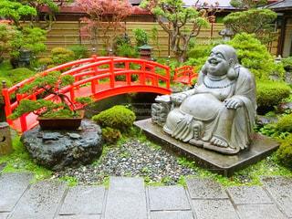 庭のベンチに座っている人の像の写真・画像素材[755372]