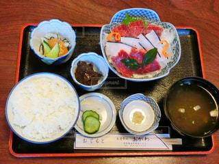 テーブルの上に食べ物のボウルの写真・画像素材[756148]