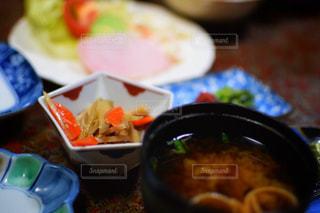 近くに食品のボウルのアップの写真・画像素材[757049]