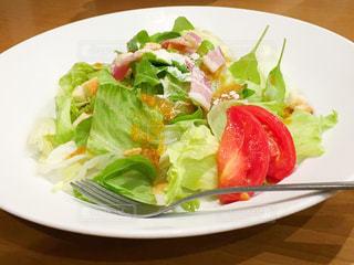 テーブルの上に食べ物のプレートの写真・画像素材[758124]