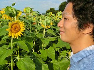 黄色の花を身に着けている男の写真・画像素材[761942]