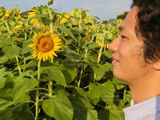 花を持っている人の写真・画像素材[761943]