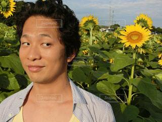 黄色の花の人の写真・画像素材[761944]