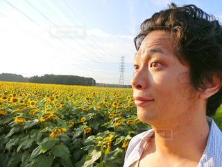 花を持っている人の写真・画像素材[761948]