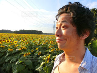 花と男の写真・画像素材[761949]