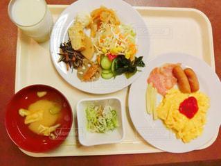 板の上に食べ物のボウルの写真・画像素材[761957]