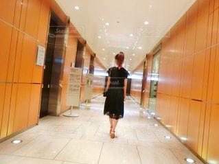 部屋に立っている女の写真・画像素材[761966]