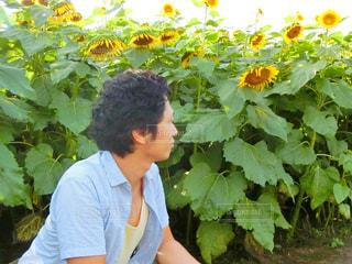 花を持っている人の写真・画像素材[761993]