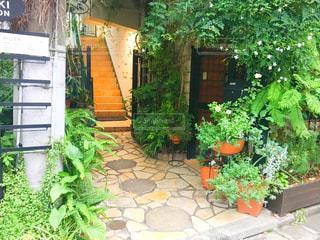 れんが造りの建物と庭園 - No.766960
