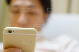 スマホを持っている男性の手の写真・画像素材[770614]