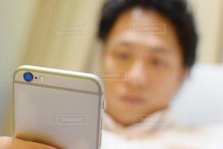 携帯電話を持っている人間の写真・画像素材[770615]