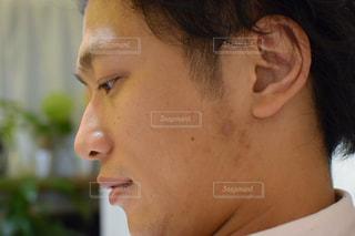 近くにいる男の顔アップの写真・画像素材[770616]