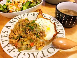 テーブルの上に食べ物のプレートの写真・画像素材[770621]