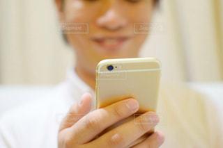 スマホを持っている手の写真・画像素材[770626]