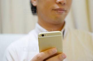 スマホを持っている男性の手の写真・画像素材[770627]