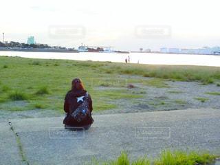 ビーチに座っている女性の写真・画像素材[785545]