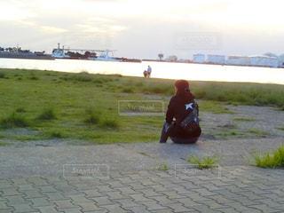 草の中に立っている人の写真・画像素材[785546]
