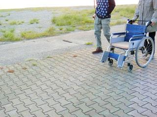 歩道に立っている人の写真・画像素材[785553]