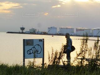 橋の上に立っている人の写真・画像素材[785566]