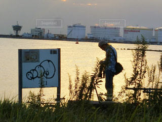 草の中に立っている男の人の写真・画像素材[785567]