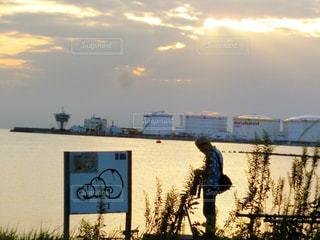 日没の前に立っている男の写真・画像素材[785568]